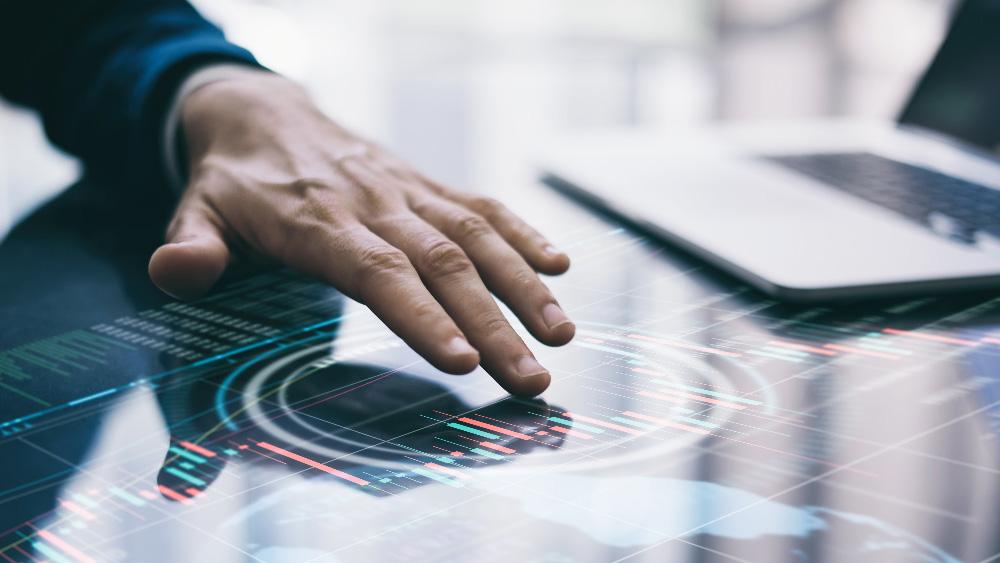 Une personne en train de toucher un écran tactile
