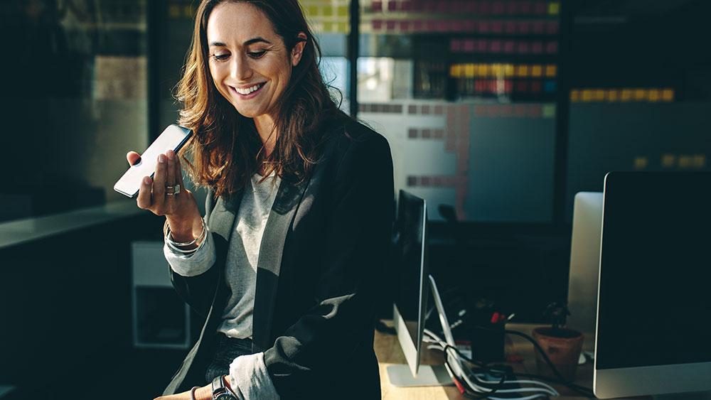 Une femme en train d'utiliser son téléphone