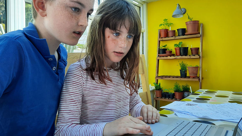 children looking at the laptop