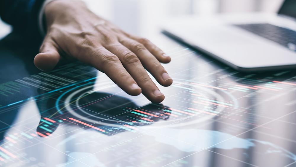 Une personne qui touche un écran tactile