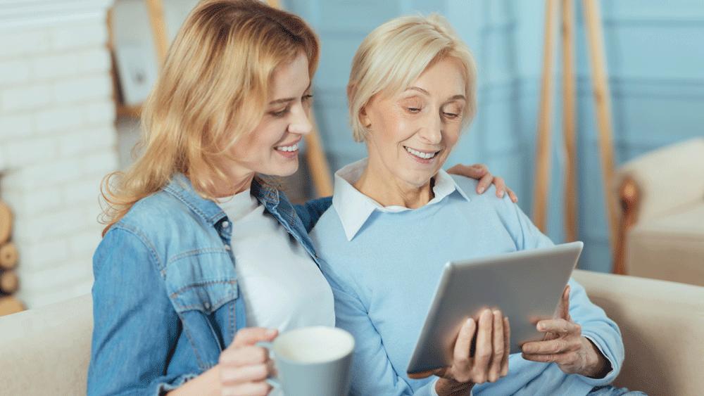 Deux personnes en train de regarder une tablette