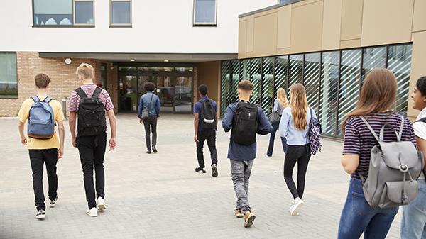 Elever på vei inn på skolen